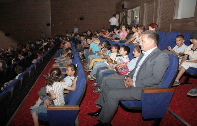 ba-kan-tuna-cocuklarla-birlikte-tiyatro-oyununu-izledi-(2).jpg